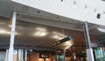 Nuova compartimentazione in vetro, per delimitare area passeggeri Schengen con extra Schengen. La nuova compartimentazione consiste in un serramento da 5,50 mt di lunghezza per 4,80 di altezza a tre elementi impacchettabili a soffitto, in modo da rendere l'area completamente libera e modulabile nel frattempo, secondo le necessità aeroportuali.
